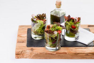 Gemischter Salat im Glas mit Kürbiskernöl