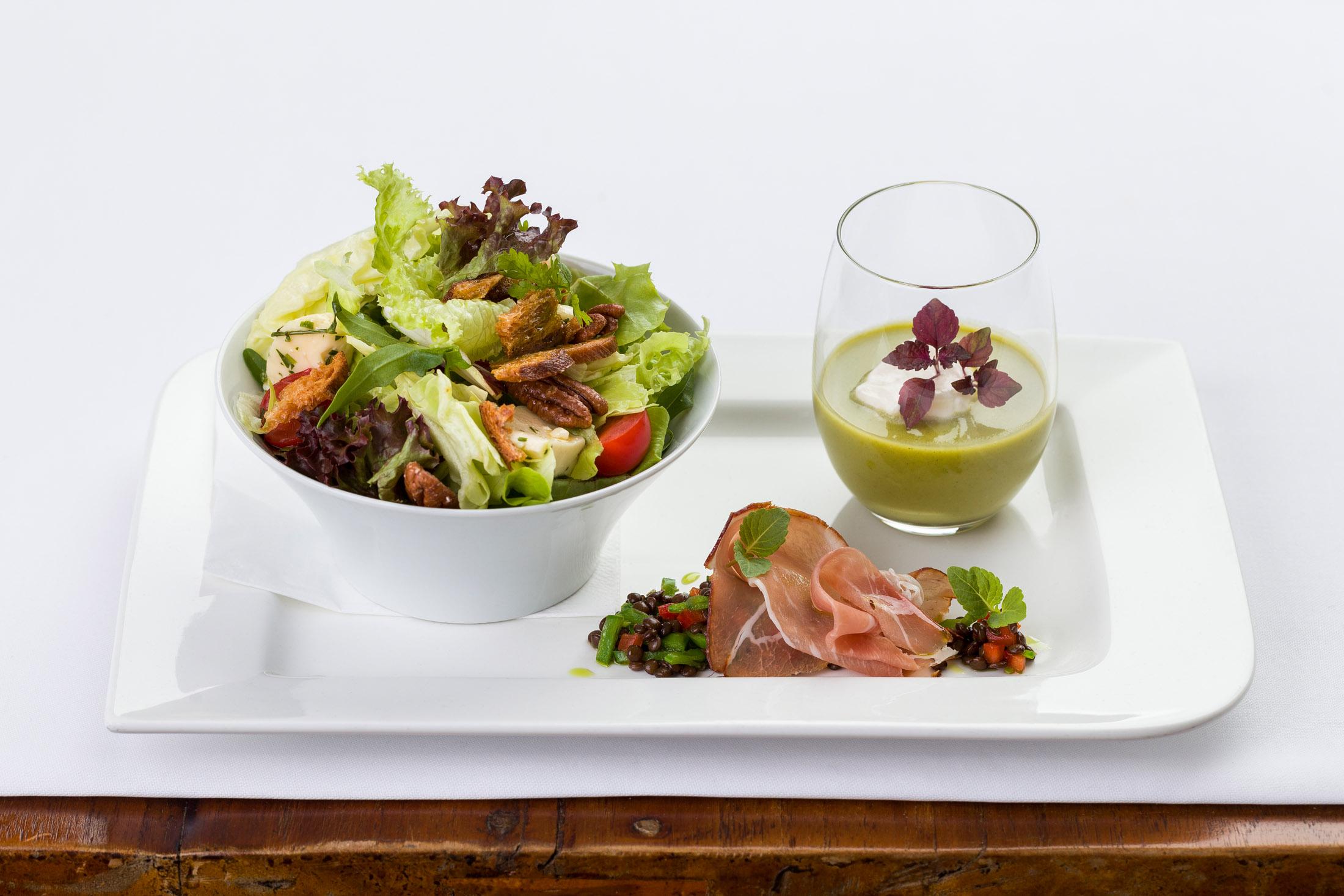 Vorspeisenteller mit frischen Salaten und Suppe