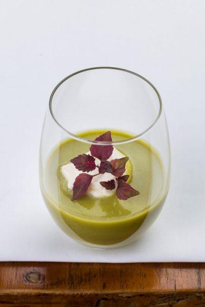 Suppe im Glas mit japanischer Shiso Kresse