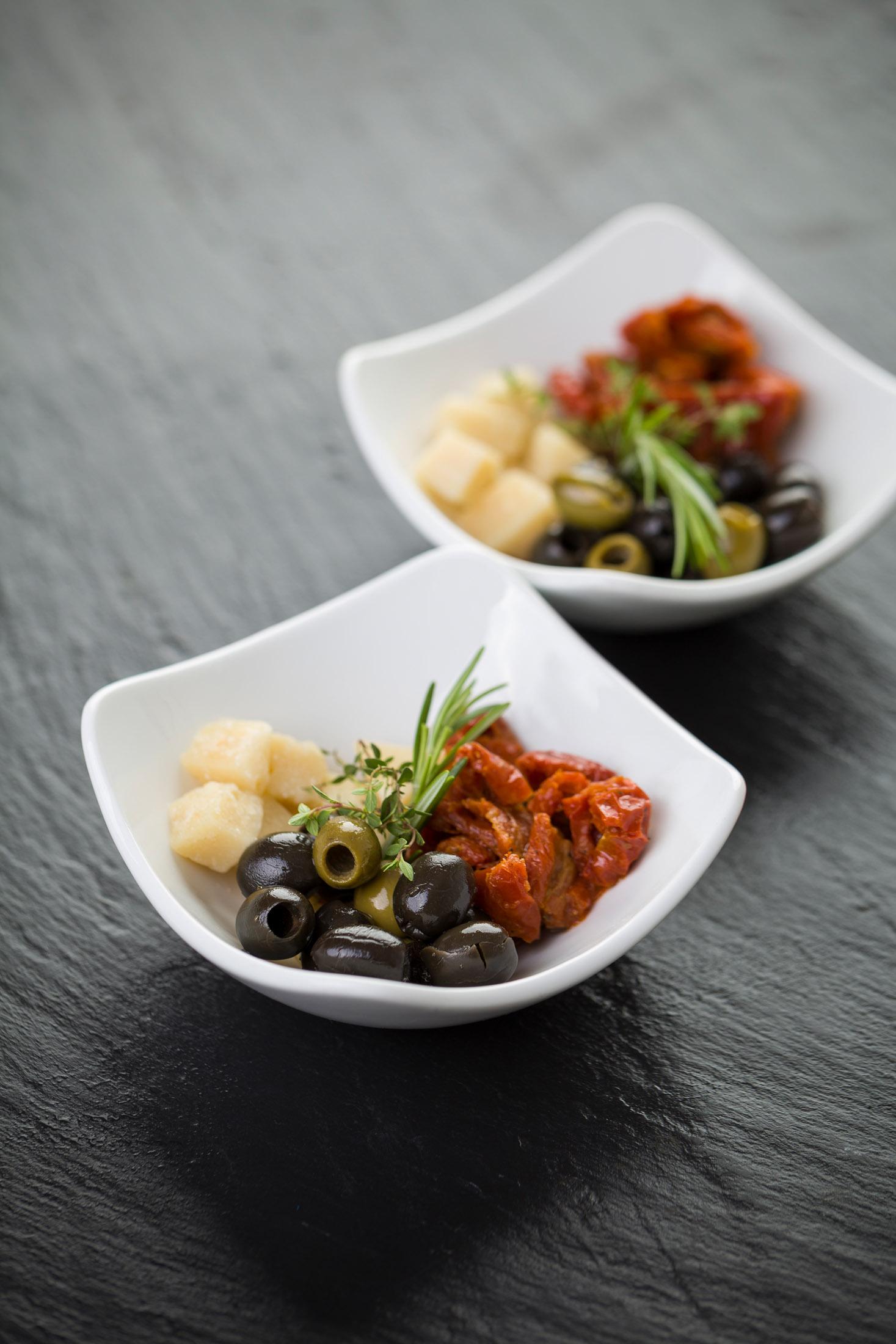 Antipasti mit verschiedenen Oliven, getrockneten Tomaten und Parmesan