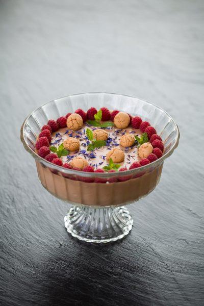Mousse au Chocolat mit frischen Früchten
